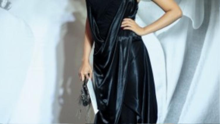 """Bộ đầm đen với thiết kế """"xà rông"""" vừa lôi thôi vừa lộn xộn khiến thân hình giải bạc siêu mẫu Kim Cương trở nên mất cân xứng. Chưa kể phụ kiện rườm rà càng khiến người đẹp già đi trông thấy."""