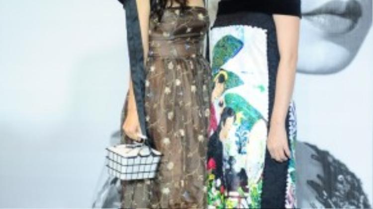 """NTK Thủy Nguyễn (trái) luôn ăn mặc… tự do quá mức, bất kể là ở một fashion show khi chị diện chiếc đầm nhàu nhĩ, kèm tấm khăn choàng không mấy liên quan, cùng phụ kiện """"độc nhất vô nhị"""" không ăn nhập gì với trang phục đang mặc."""
