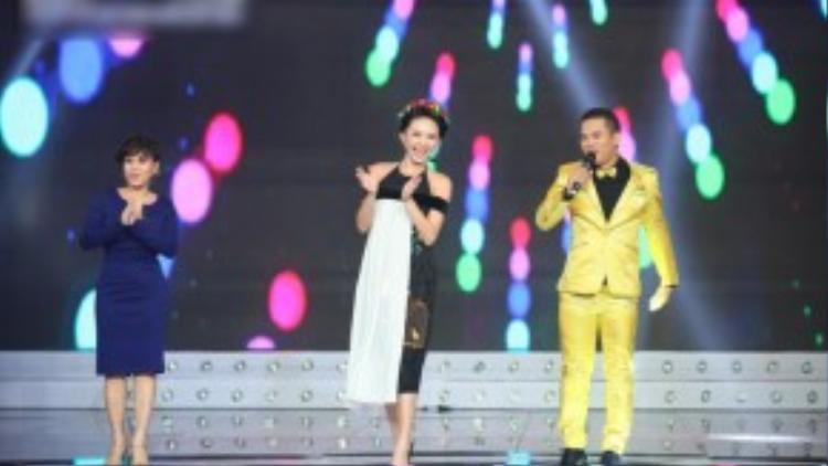 """Nữ ca sĩ cùng Việt Hương và MC Phan Phúc Thắng """"quậy tưng"""" sân khấu với vũ điệu lắc mông."""