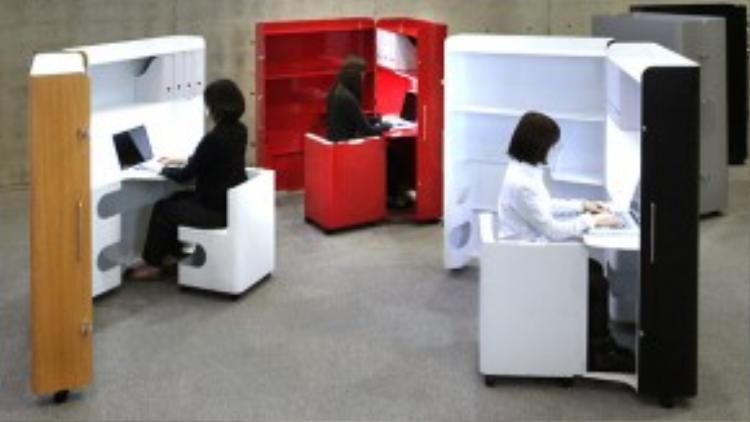 Bàn làm việc khi mở ra như một không gian riêng cho mỗi nhân viên…