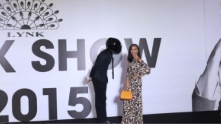 Sau một hồi gây chú ý, các khách mời bất ngờ khi người đàn ông bí ẩn ấy chính là vũ công, biên kịch nổi tiếng Daniel Denev. Anh từng là bạn nhảy ăn ý của Ninh Dương Lan Ngọc trong Bước nhảy Hoàn vũ2014.