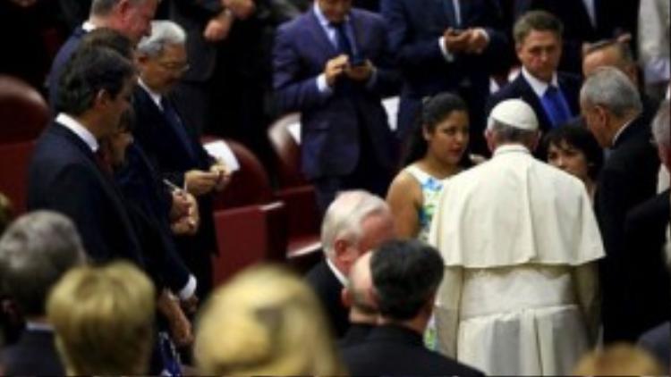Karla gặp gỡ và chia sẻ câu chuyện với Giáo hoàng Francis.