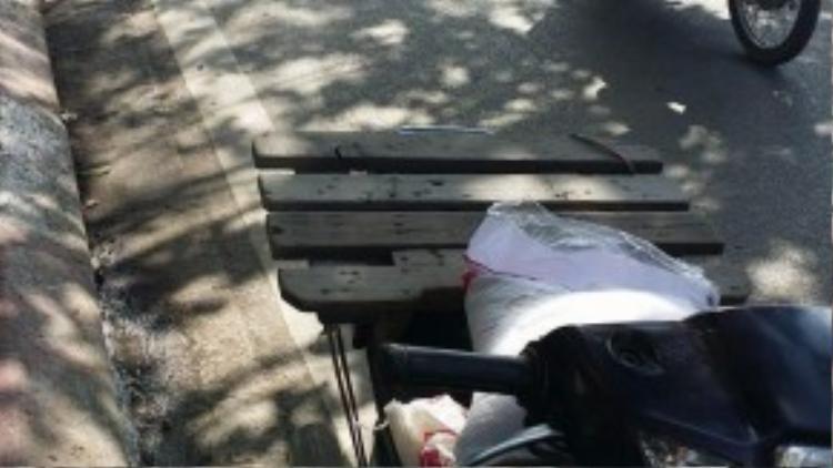 Chiếc xe máy dùng để đi giao hàng của Quỳnh gặp sự cố tại ngã tư Cầu Giấy.