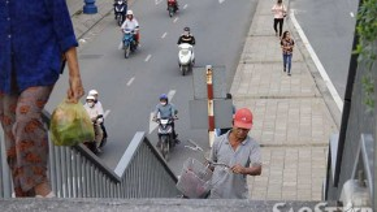 Những hình ảnh khổ sở vác xe đạp qua cầu đi bộ trở nên khá quen thuộc đối với người dân ở hai bên khu vực quận 8 và quận 5.