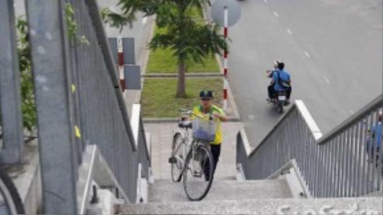 Những ngày trời nắng nóng, nhiều học sinh vác xe qua cầu rất vất vả.