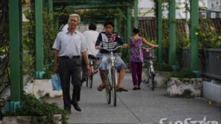 Do có chốt dân phòng bên dưới chân nên cầu đi bộ số 5 được nhiều người chọn để đi lại. Hai cây cầu đi bộ số 6, 7 cách đó không xa thường xuyên có người nghiện tụ tập ngủ bên trên nên không ai dám đi.