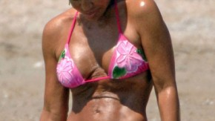 Theo thời gian, bộ ngực nhân tạo của nhà thiết kế lừng danh Donatella Versace ngày càng xập xệ.