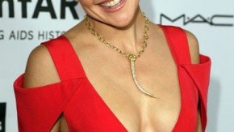 """Cũng như nhiều đồng nghiệp có """"màn hình phẳng"""", người đẹp tóc vàng Kate Hudson đụng chạm dao kéo để có vòng 1 như ý. Tuy nhiên trong một lần dự sự kiện, chiếc váy gợi cảm khoét cổ sâu vô tình để lộ 2 bên ngực bị mất cân đối của Kate."""