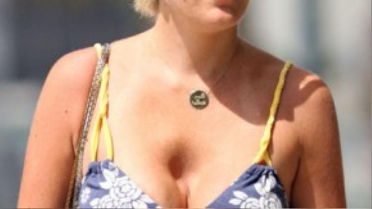 Ngôi sao truyền hình Tori Spelling gặp không ít thất bại khi làm đẹp, một trong số đó là lần cô nâng ngực bị hỏng. Khi diện áo 2 dây ra phố, Tori để lộ vết sâu hoắm ngay trên ngực trái.