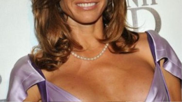 """Khoảng cách 2 bên ngực của cựu người mẫu kiêm tác giả Kelly Killoren Bensimon cách xa nhau vời vợi. Bộ váy vì thế cũng được """"căn chỉnh"""" theo form dáng vòng 1 của Kelly."""