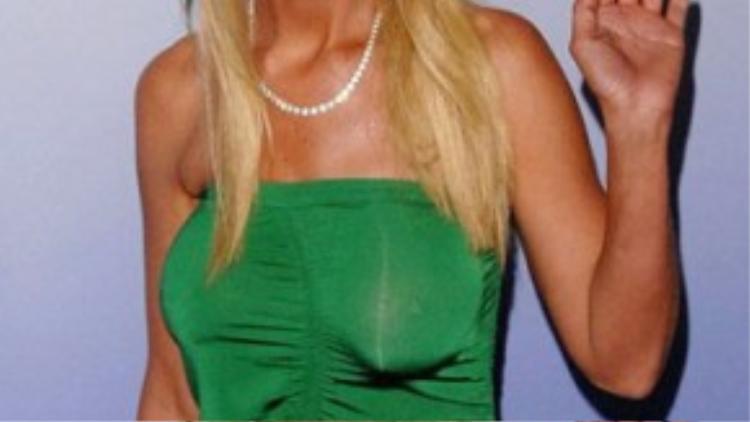 Trên thảm đỏ, ngôi sao phim Bánh Mỹ Tara Reid diện váy quây ngực nhằm tôn lên vòng 1 gặp thất bại khi bị lộ 2 bên ngực không cùng kích cỡ - hệ quả từ lần nâng ngực hỏng.