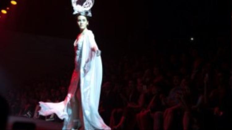 Show diễn với nhiều bộ trang phục ấn tượng, ý tưởng độc đáo khiến khách mời không ngớt lời khen ngợi.