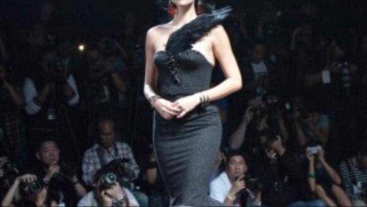 Những thiết kế cổ điển mang thần thái hoàng gia cũng được các NTK mang đến tuần lễ thời trang.