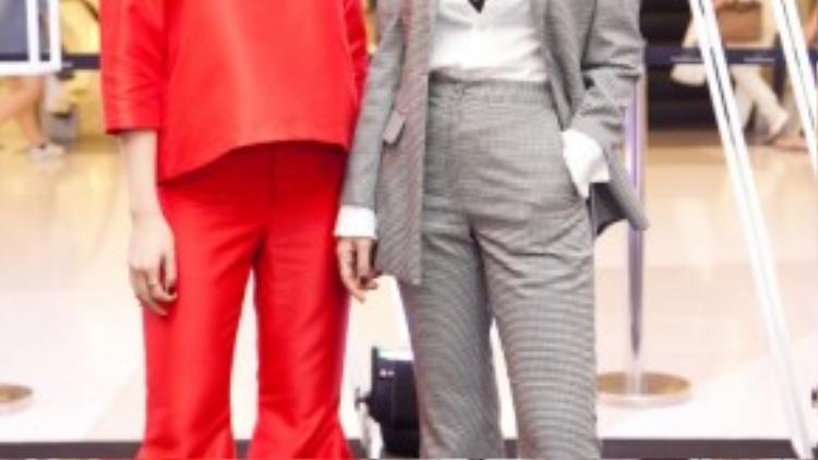 Nếu Yến Trang chọn trang phục men style nhưng vẫn khoe khoét vòng 1 gợi cảm thì Yến Nhi lại chon bộ matchu matchi ống loe với màu đỏ xu hướng của thu đông 2015.