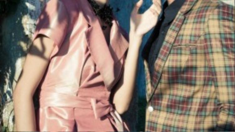 Màu sắc pastel với họa tiết caro và những đường gấp của váy xéo khiến hai bộ trang phục trở nên quý phái hơn.