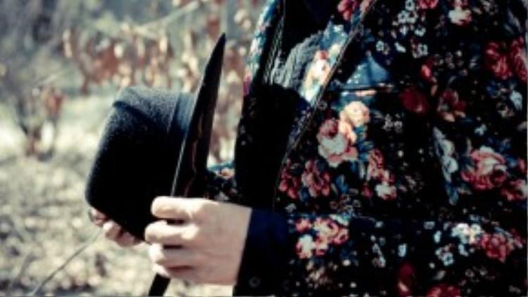 Kết hợp với Thanh Khoa trong bộ ảnh này là Võ Văn Nam-chàng người mẫu nam tính, thanh lịch.