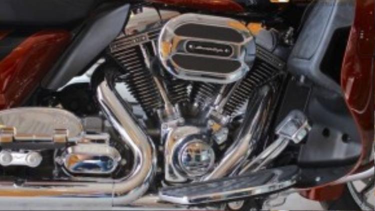 """Road Glide Ultra CVO được trang bị khối động cơ V-Twin làm mát bằng gió với dung tích cực """"khủng"""" 110, tương đương với 1801 cc, kết hợp cùng hộp số 6 cấp. Mức tiêu thụ nhiên liệu trung bình của xe lên tới 5,7l/100 km."""