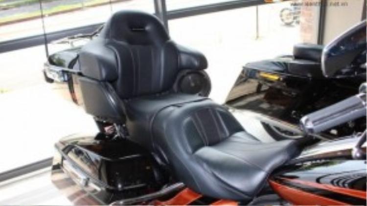 Yên xe có thiết kế 2 tầng đầy êm ái cho cả người ngồi trước lẫn người ngồi sau. Hai loa còn lại của hệ thống âm thanh được bố trí dưới tì tay của ghế sau.