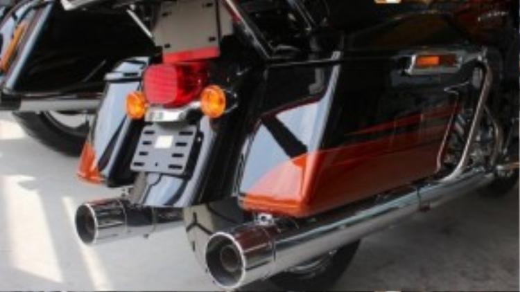 Là một chiếc touring toàn diện của Harley-Davidson, đương nhiên Road Glide Ultra cũng sở hữu 2 thùng đồ cực lớn nằm hai bên bánh sau xe. Ngay phía dưới thùng là cặp ống xả với thiết kế như một nòng súng bắn rocket, phô diễn âm thanh đầy uy lực của cỗ máy 1801 cc.