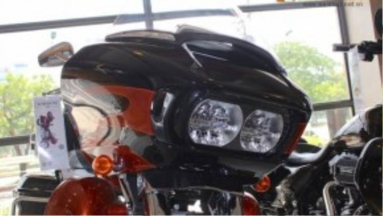 So với dòng touring còn lại của Harley-Davidson là Electra Glide Ultra Classic, Road Glide Ultra có thiết kế trẻ trung hơn. Điều này thể hiện rất rõ ở phần đầu vuông vắn, hướng về phía trước với đèn pha kép đặt giữa của xe.