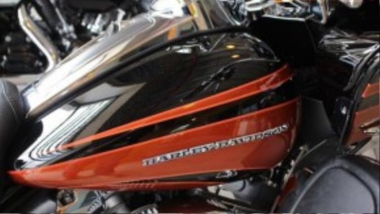 Không giống nhiều dòng xe khác có logo nổi trên bình xăng, Road Glide Ultra CVO lại chỉ có duy nhất dòng chữ Harley-Davidson chạy suốt theo chiều dài bình.