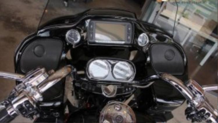 Một trong những điểm nổi bật nhất của Road Glide Ultra CVO đó là hệ thống thông tin giải trí hiện đại đã được Harley-Davidson trang bị cho xe, khởi đầu với hệ thống âm thanh 4 loa, trong đó có 2 loa đặt ngay trước tay lái.