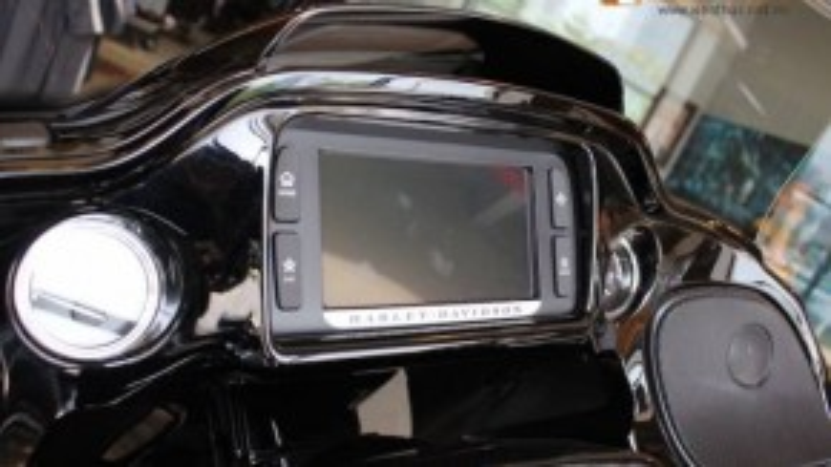 Phía trên bảng đồng hồ là một màn hình LCD cung cấp các thông tin định vị vệ tinh, bản đồ cùng nhiều tính năng hiện đại khác.