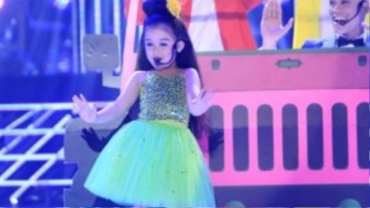 Bảo Ngọc-Phan Ngọc Luân hóa thân thành Aqua với bài Barbie girl