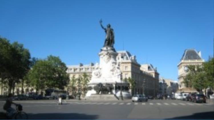 Place de la République nằm gần trung tâm thành phố Paris, điểm giao của ba quận 3, 10, 11. Đây là một trong những quảng trường lớn của thành phố.