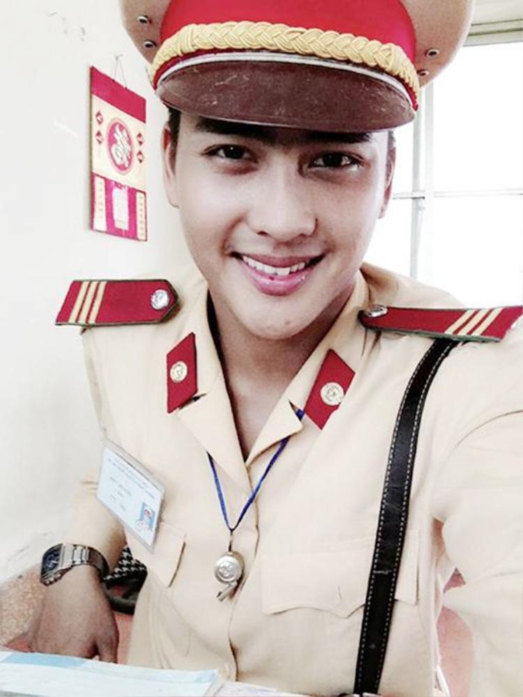 Lộ ảnh hôn nhau của Angela Phương Trinh và 'soái ca' cảnh sát