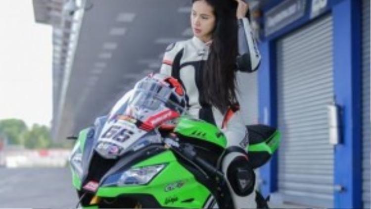 Không chỉ cầm lái môtô giỏi, nữ biker này còn có một vẻ đẹp hút hồn - mang đậm nét Á Đông.