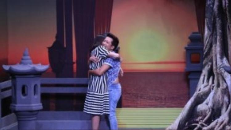 Vân Trang đòi lột áo của Trường Giang trên sân khấu.