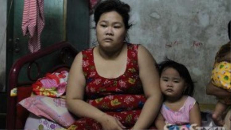 """Nguyễn Thị Ngọc Hà con gái út của Lan """"hẻo"""" bị công an triệu tập để điều tra nhưng mới cho về tại ngoại để nuôi con nhỏ."""
