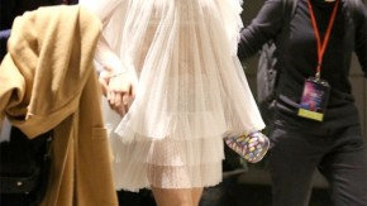 Trần Nghiên Hy tham gia hoạt động tại Thượng Hải hồi đầu tháng 11 và gây chú ý với bộ trang phục rườm rà, hút mắt. Dưới ánh đèn, lớp vải trở nên xuyên thấu, khiến cô lộ cả nội y. Sự táo bạo bất ngờ của Nghiên Hy trong việc chọn trang phục khiến không ít người ngạc nhiên.