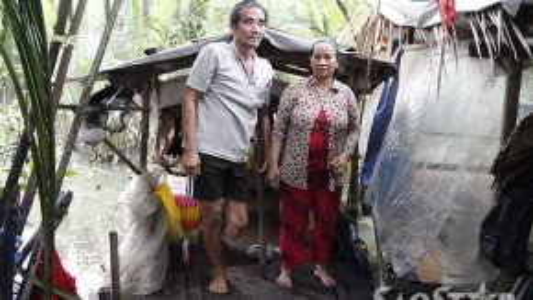 Ông và bà Vĩnh nương tựa vào nhau sống trên chiếc ghe cũ nát.