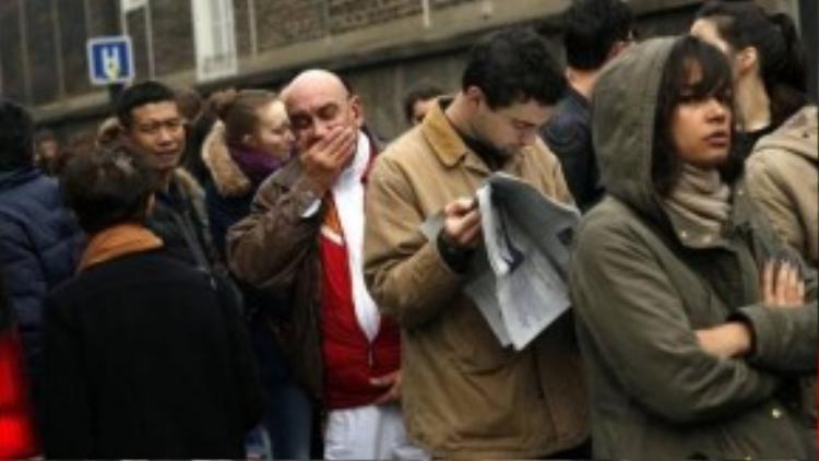 Một người đàn ông lớn tuổi đã bật khóc khi đứng xếp hàng chờ hiến máu.