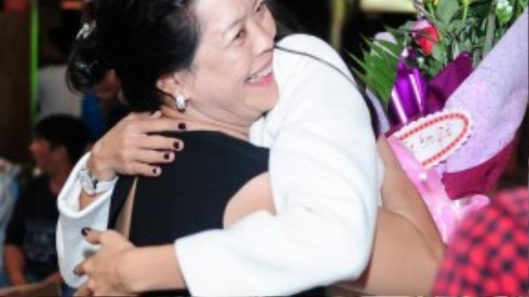 Mẹ là người hồi hộp đợi con gái nhất. Cô ôm chầm lấy mẹ sau hơn một tháng một mình ở nơi xa xôi.
