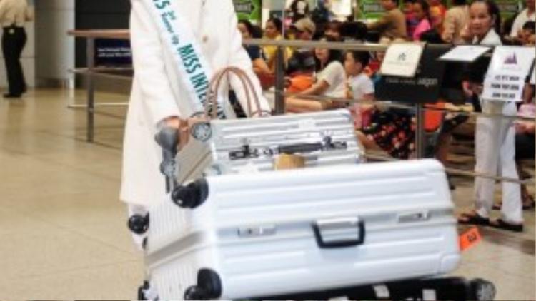 Thúy Vân đáp chuyến bay trở về từ Nhật Bản đến Việt Nam khuya đã gần 11h khuya. Dù trải qua chuyến bay dài nhưng nghĩ đến việc được gặp lại người thân, Thúy Vân quên hết mệt mỏi.