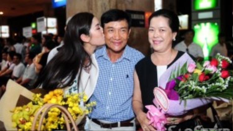 Bố mẹ Thúy Vân hãnh diện với bản lĩnh và sự tự tin mà con gái cưng đã thể hiện trước bạn bè quốc tế.
