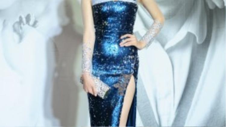 Hoa hậu Kỳ Duyênkhoe chân dài như kiếm Nhật trong chiếc đầm sequin xẻ tà cao ngút.
