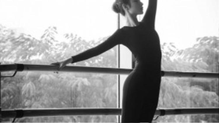 Với bối cảnh sàn tập ballet, nữ diễn viên 20 tuổi hoá thân thành một nghệ sĩ mải mê tập luyện và hoà mình cùng giai điệu âm nhạc cổ điển.