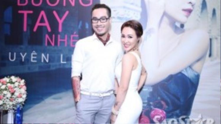 """Uyên Linh """"tươi rói"""" chụp ảnh lưu niệm cùng ca nhạc sĩ Đinh Huy trước khi sự kiện bắt đầu."""