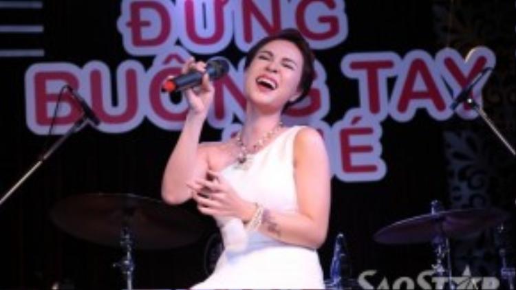 Uyên Linh gửi tặng các khách mời ca khúc Đừng buông tay nhé.