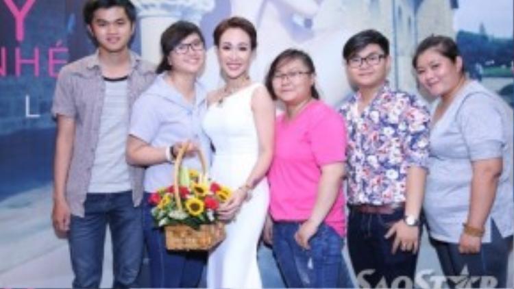 Cô nán lại chụp ảnh cùng các fan sau khi sự kiện kết thúc.