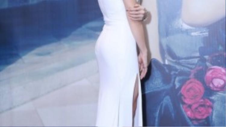 Uyên Linh tự tin khoe dáng trong bộ đầm trắng.