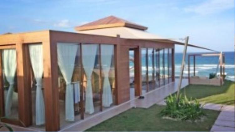 Được biết đây là loại Signature Pool Villas tại khu nghỉ dưỡng Fusion Nha Trang, từ trong phòng có thể nhìn thấy toàn cảnh bãi biển.