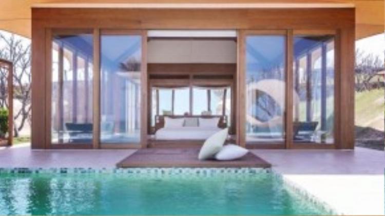 Không gian lãng mạn với phòng ngủ hướng ra biển là một điểm cộng cho nơi đây.