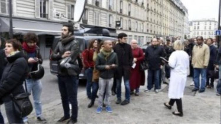 Dòng người nối thành hàng dài chờ hiến máu nhằm cứu giúp những nạn nhân trong vụ khủng bố vừa qua.