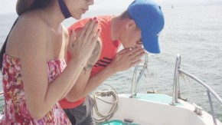 Giây phút cầu nguyện của cả hai vợ chồng.