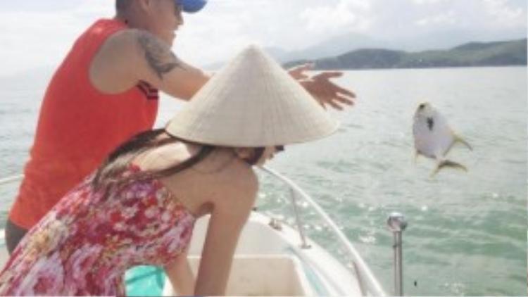 """Cô nàng không quên khuyến khích mọi người cùng nhau làm việc này. """"Khi thả những con cá xuống biển, chúng vui mừng bơi thật nhanh khiến lòng mình cảm thấy hạnh phúc, thanh thản, nhẹ nhàng…"""", Thủy Tiên chia sẻ."""